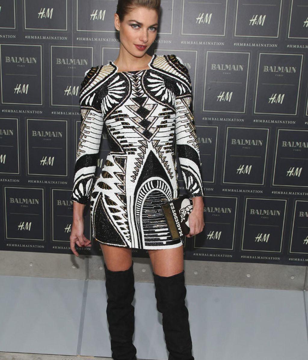 Jessica Hart, con el mismo modelo que Kylie, pero en otros colores