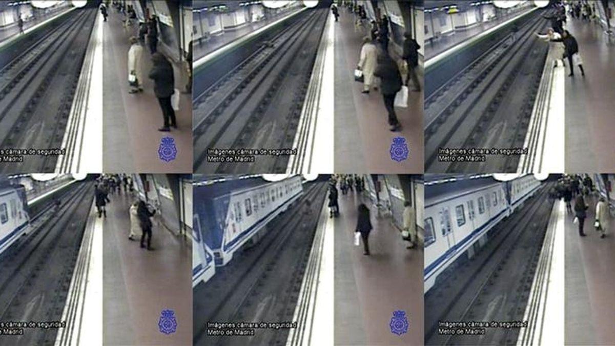 Fotografía facilitada por la Policía que muestra el momento en el que un policía nacional fuera de servicio salvaba a un hombre que iba a ser arrollado en las vías del Metro de Madrid. EFE/Archivo