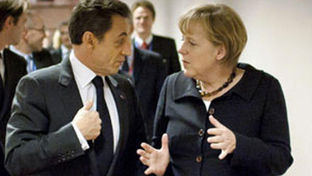 La canciller alemana Ángela Merkel charla con el presidente Francés Nicolás Sarkozy