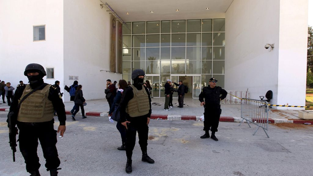 Policías tunecinos custodian la entradan al museo del Bardo