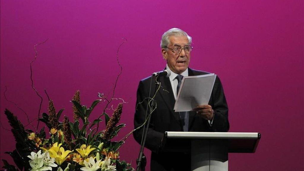 El escritor peruano Mario Vargas Llosa, ganador del Premio Nobel de Literatura 2010, ofrece una conferencia este 21 de abril, durante la Feria del Libro de Buenos Aires (Argentina). EFE