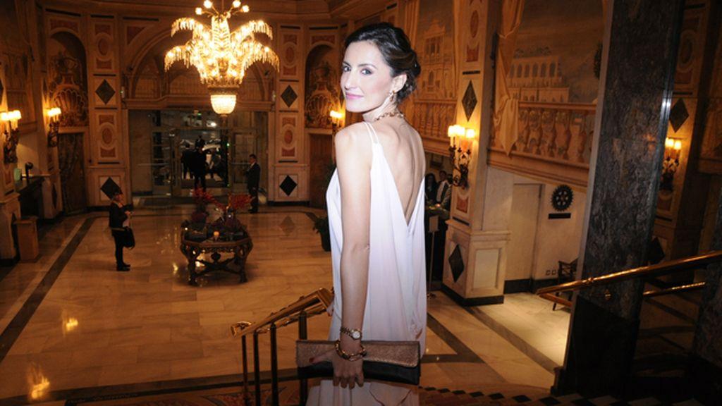 Mónica de Tomás a su llegada al Hotel Palace, luciento vestido de Jorge Acuña, bolso de Valgut & Bag y joyas de Aristocrazy