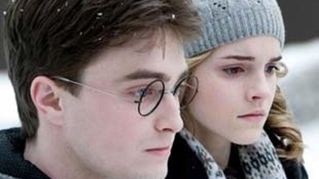 Los ingresos por las dos últimas entregas de 'Harry Potter' han colocado a Daniel Radcliffe y Emma Watson en los puestos más altos de la lista que recoge a las estrellas de Hollywood con más ingresos en 2009. Foto: AP/Archivo