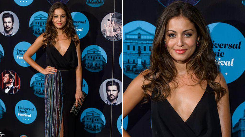Hiba Abouk eligió un largo vestido negro con flecos de colores
