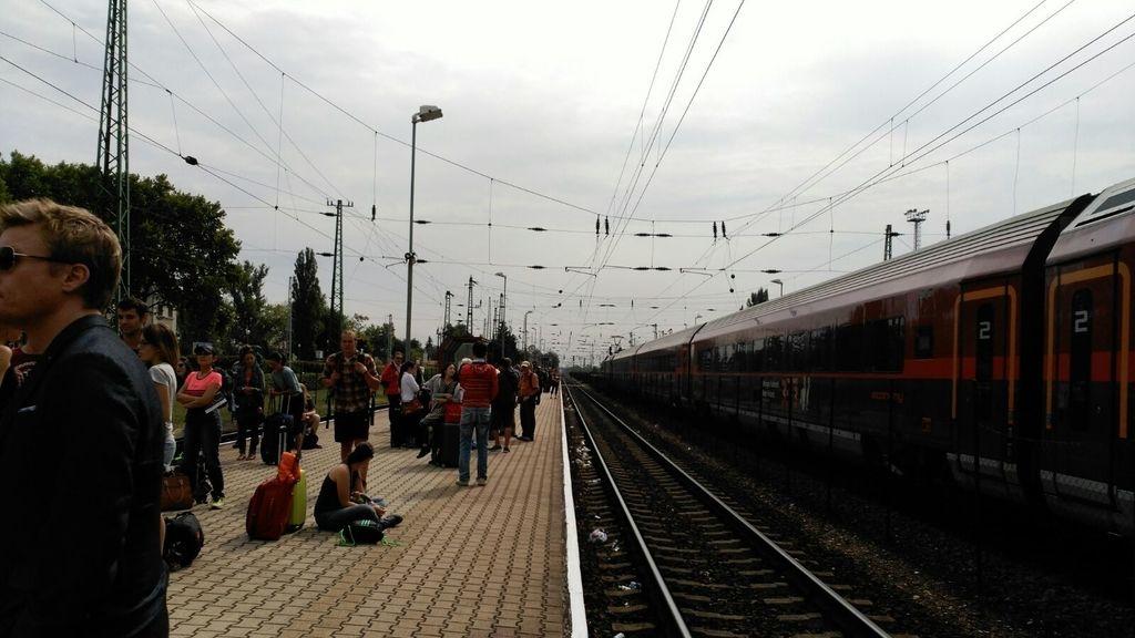 Los turistas bloqueados en la estación de tren de Hegyeshalom, en la frontera de Austria con Hungría