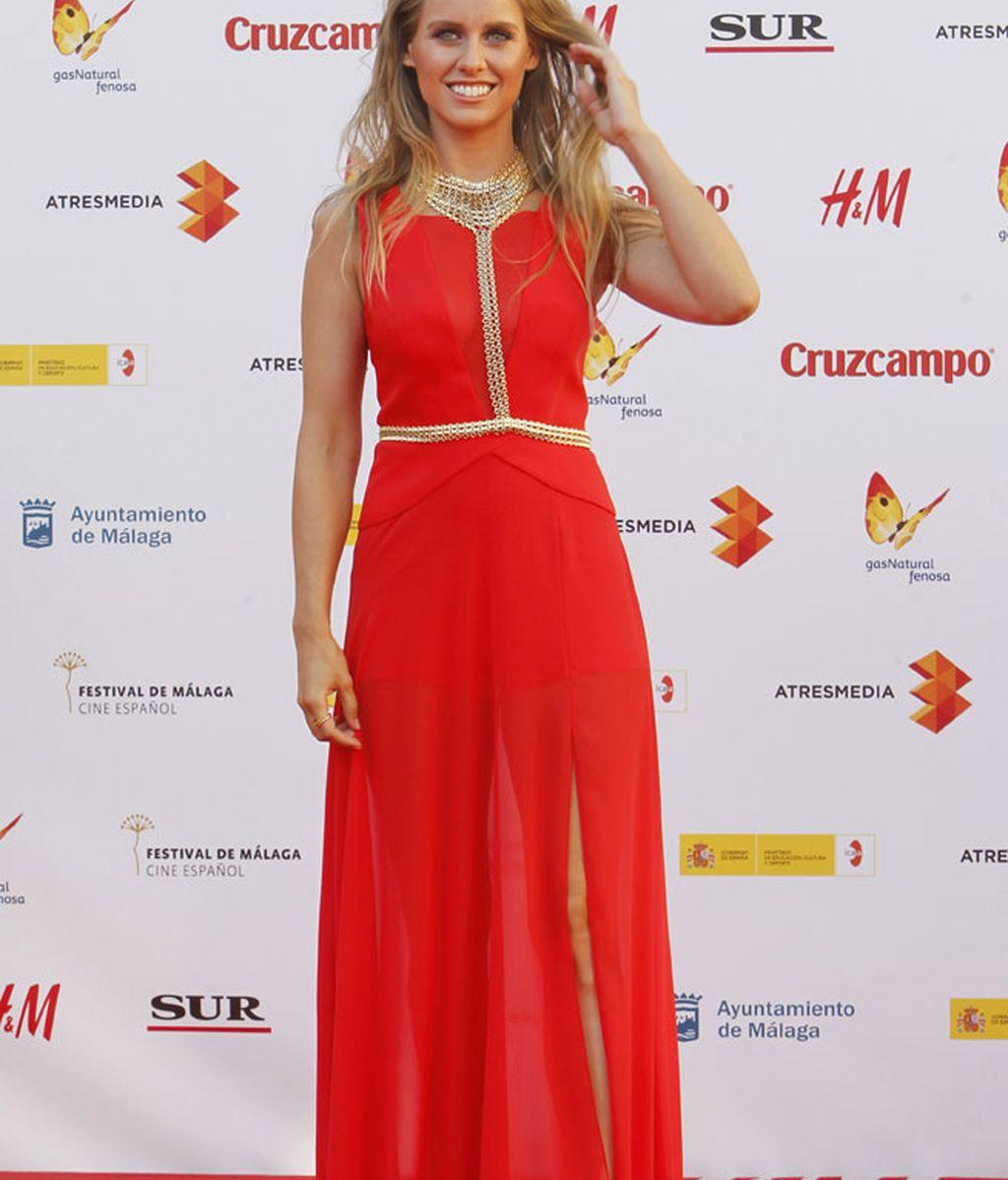 Manuela Vellés, con un BCBG Max Azria y detalles dorados por el pecho