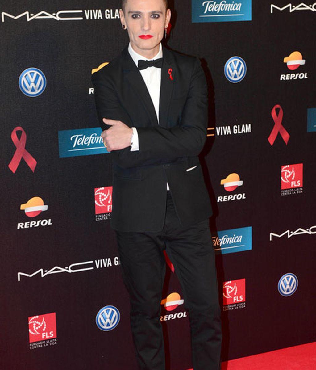 David Delfín mostró su apoyo a la lucha contra el sida con unos llamativos labios rojos