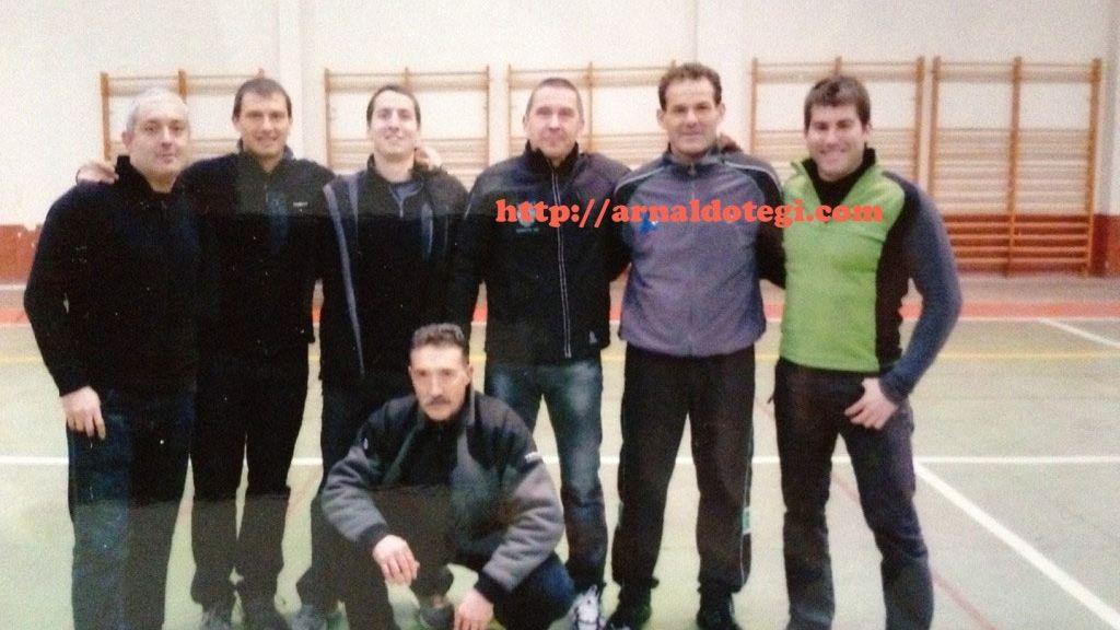 Un concejal del PP posa en una foto en la cárcel de Logroño con Otegi