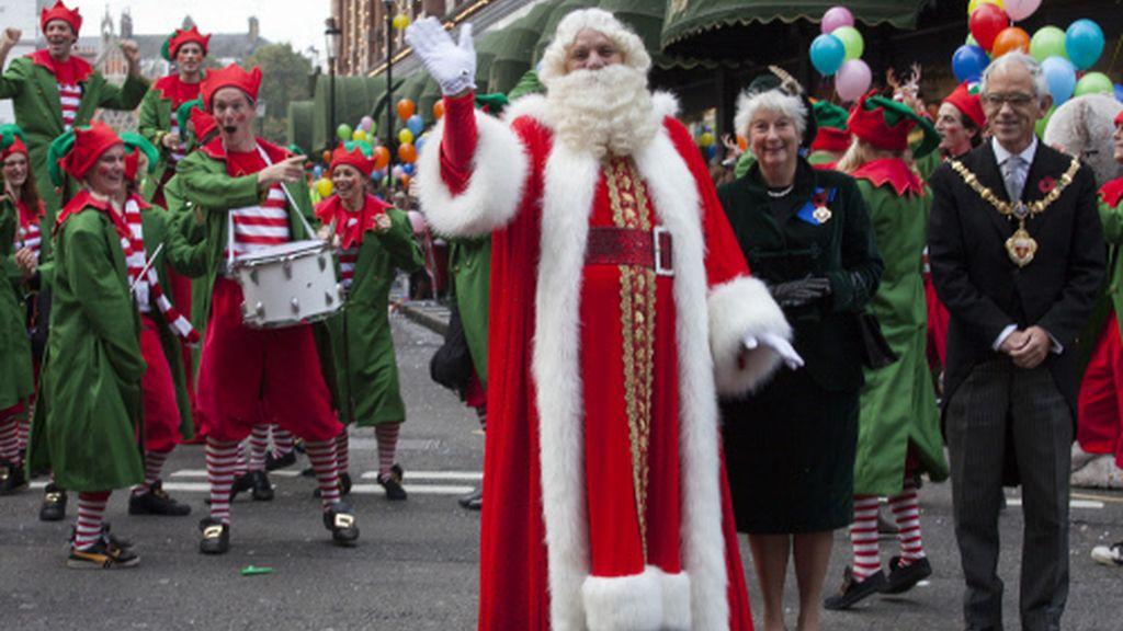 Papa Noel desfila por las calles londinenses con la marca Harrods