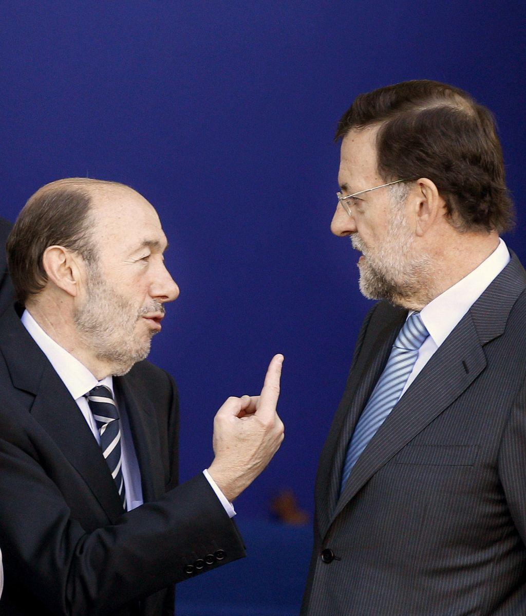 Rubalcaba y Rajoy charlan minutos antes del desfiles de las fuerzas armadas.
