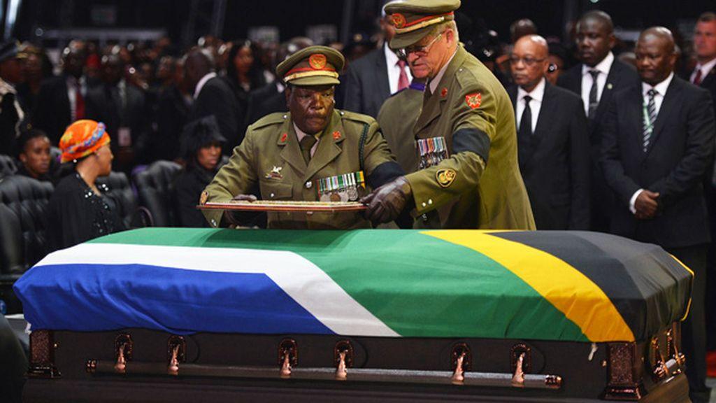 """Emotiva despedida a Nelson Mandela en un """"viaje extraordinario"""" de 95 años"""