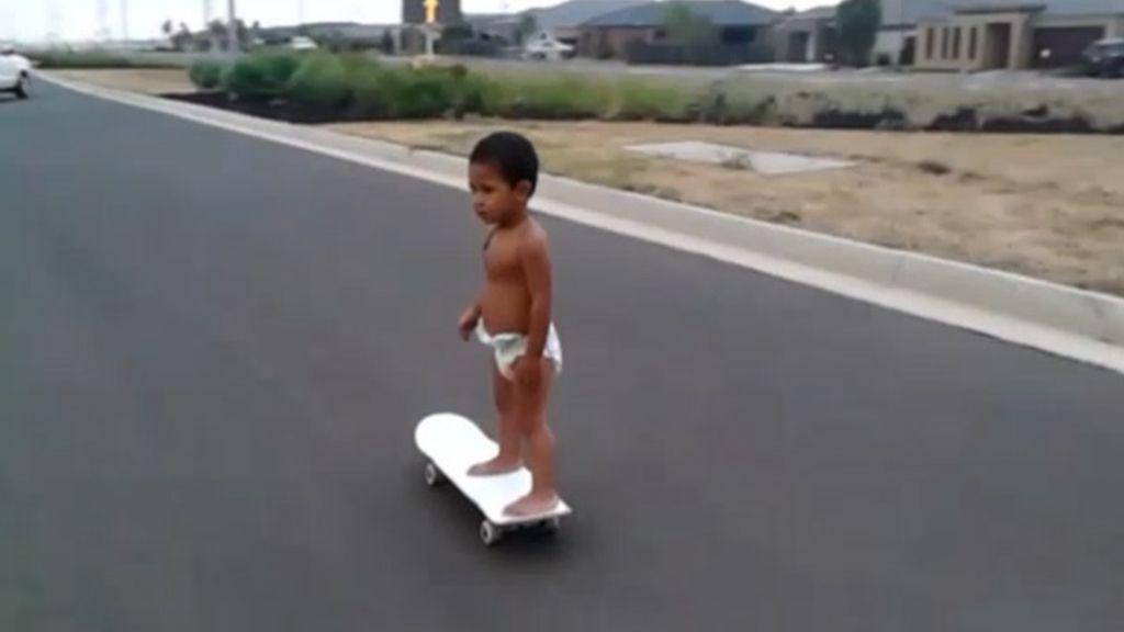 Un 'skater' de dos años de edad muestra su técnica con el monopatín