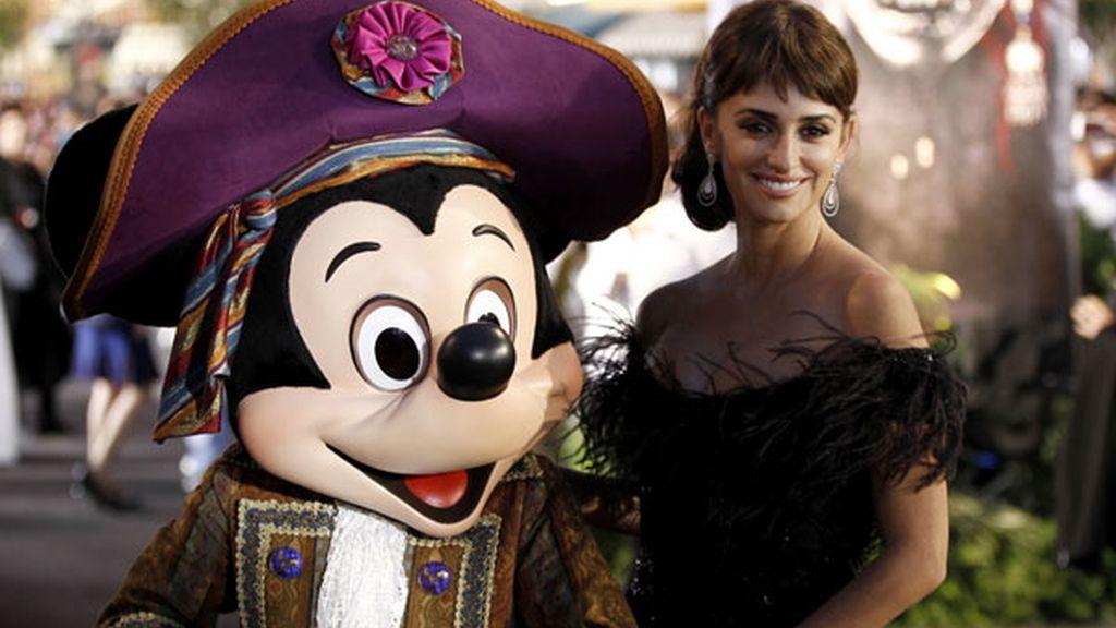 Penélope Cruz con Mickey Mouse