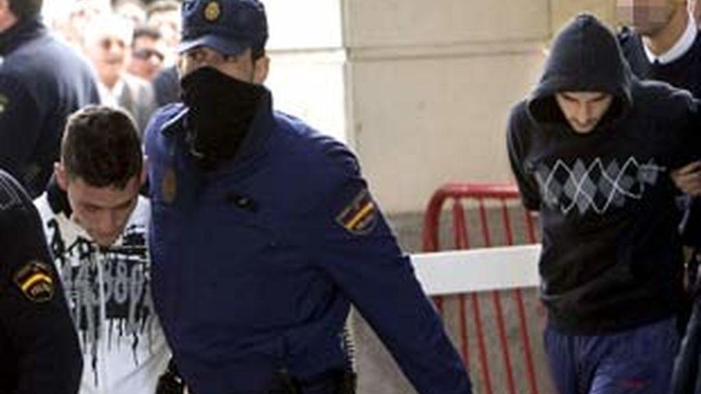Imagen del presunto autor del crimen y su mejor amigo a la entrada de los juzgados de Sevilla. Foto: EFE.