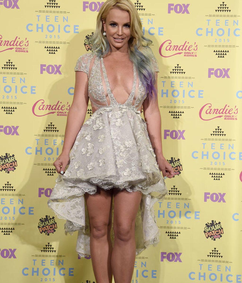 Britney Spear sorprendió por su mini-vestido y su gran escote