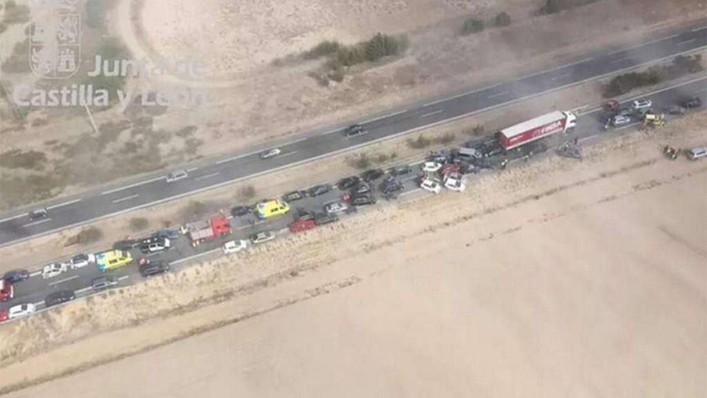 Un colisión múltiple de unos 40 vehículos obliga a cortar la A-6 a la altura de Medina