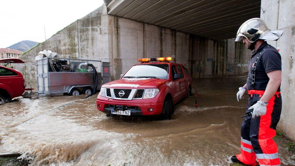Los bomberos trabajando durante el temporal en Cantabria
