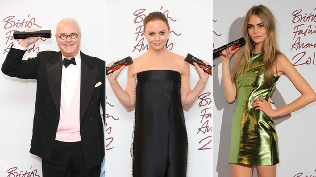 Manolo Blahnik, Stella McCartney y Cara Delevingne posando con sus galardones
