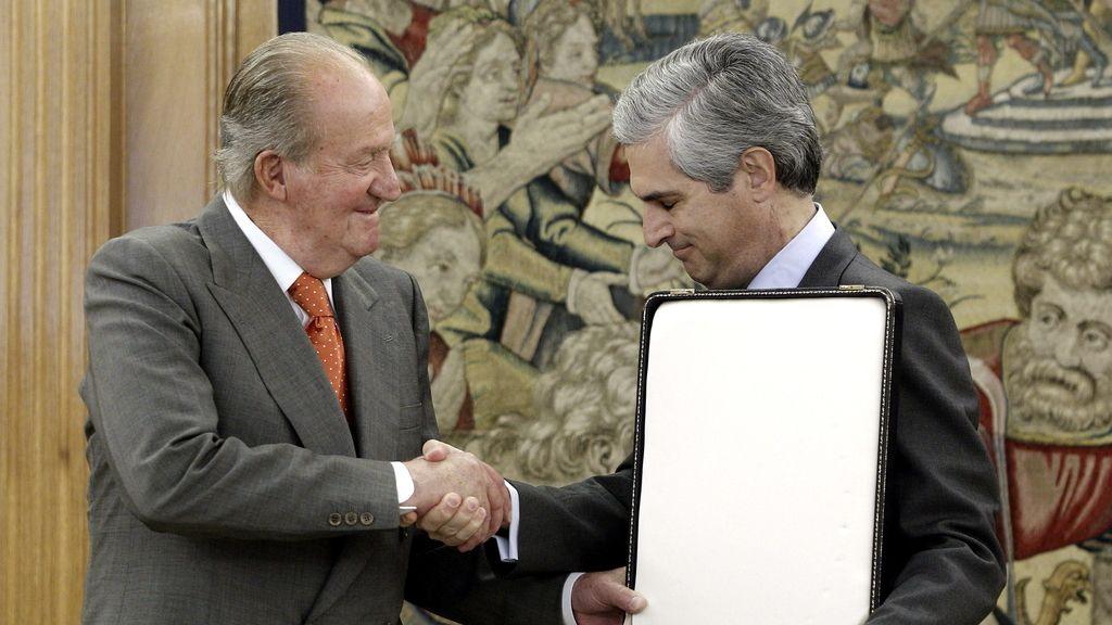 El Rey recibe de vuelta el Collar del Toisón que impuso a Adolfo Suárez