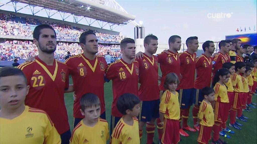 Los jugadores de España durante el himno nacional