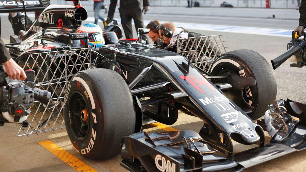 Fernando Alonso ya rueda con su nuevo coche (23/02/2016)
