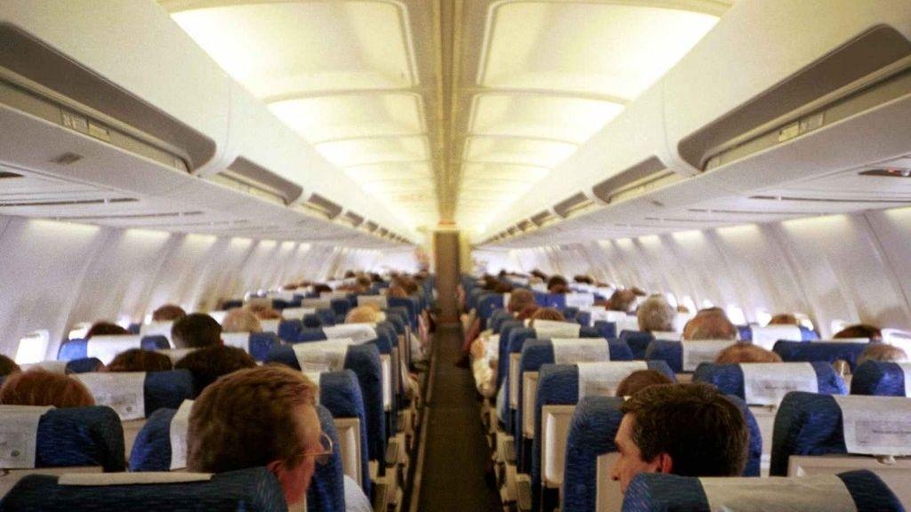 La principal causa del 'síndrome del viajero' o 'síndrome de la clase económica' es la inmovilidad a la que están sometidos los pasajeros de un avión.