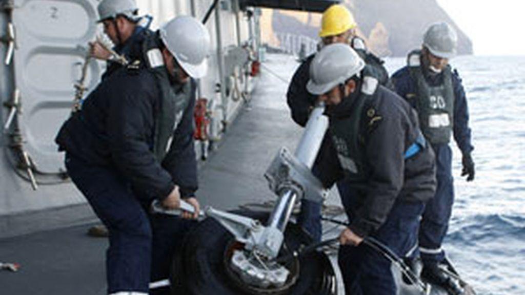 Los servicios de emergencias rescatan del mar una rueda del tren de aterrizaje del avión siniestrado FOTO: REUTERS