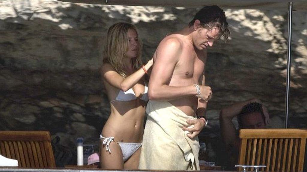 Sienna Miller echa extiende loción por la espalda de su hombre