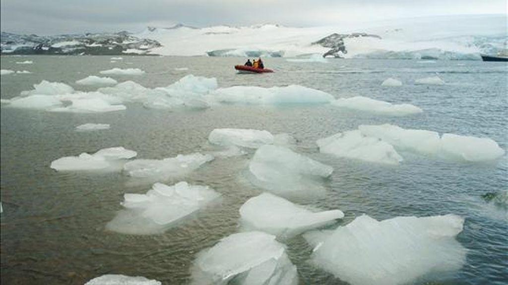 """""""Este estudio proporciona el primer panorama detallado del cambio en los glaciares y el hielo de las costas en la Antártida"""", manifestó el secretario del Interior de EE.UU., Ken Salazar. EFE/Archivo"""