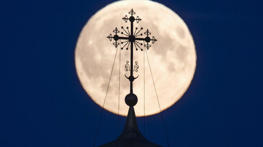 La sombra de la cruz de un monasterio local se proyecta en la 'superluna' en Ryazan, Rusia