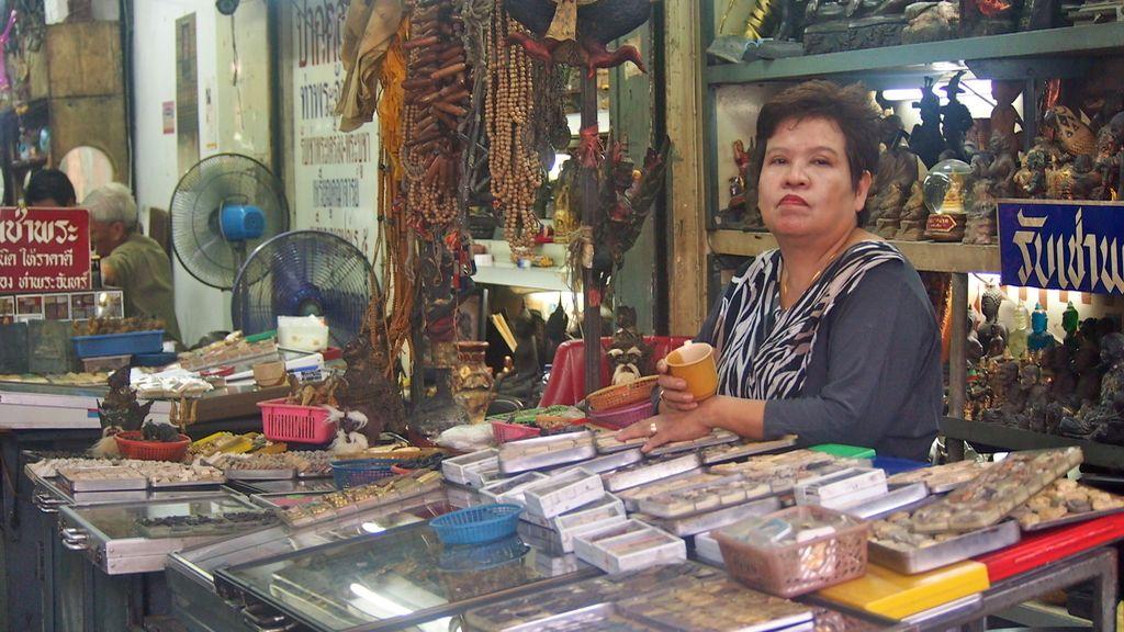 Vendedora de antigüedades junto al Grand Palace