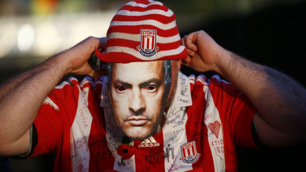 La afición del Stoke City acudió al estadio llena de caretas de Mourinho (7/11/2015)