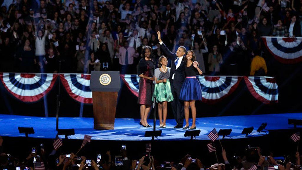 Obama saluda a sus seguidores junto a su familia