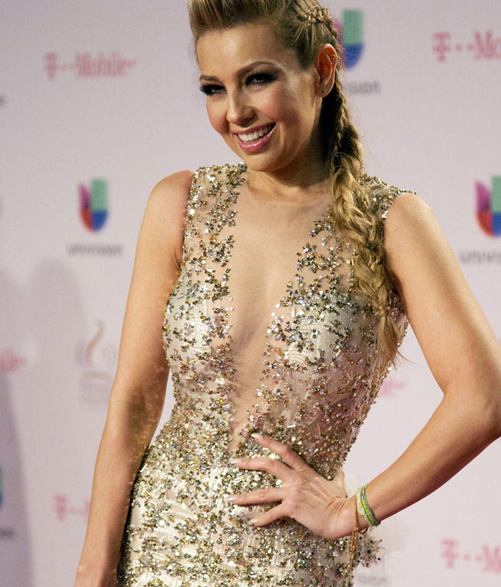 Thalia se suma a la sexy tendencia del 'braless' con este vestido champán