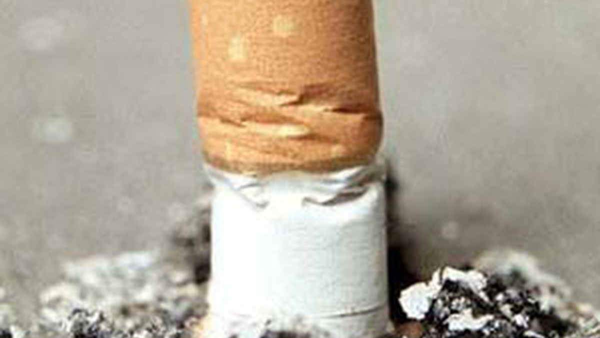 Reclamar y luego denunciar, pasos contra los fumadores. Foto: EFE