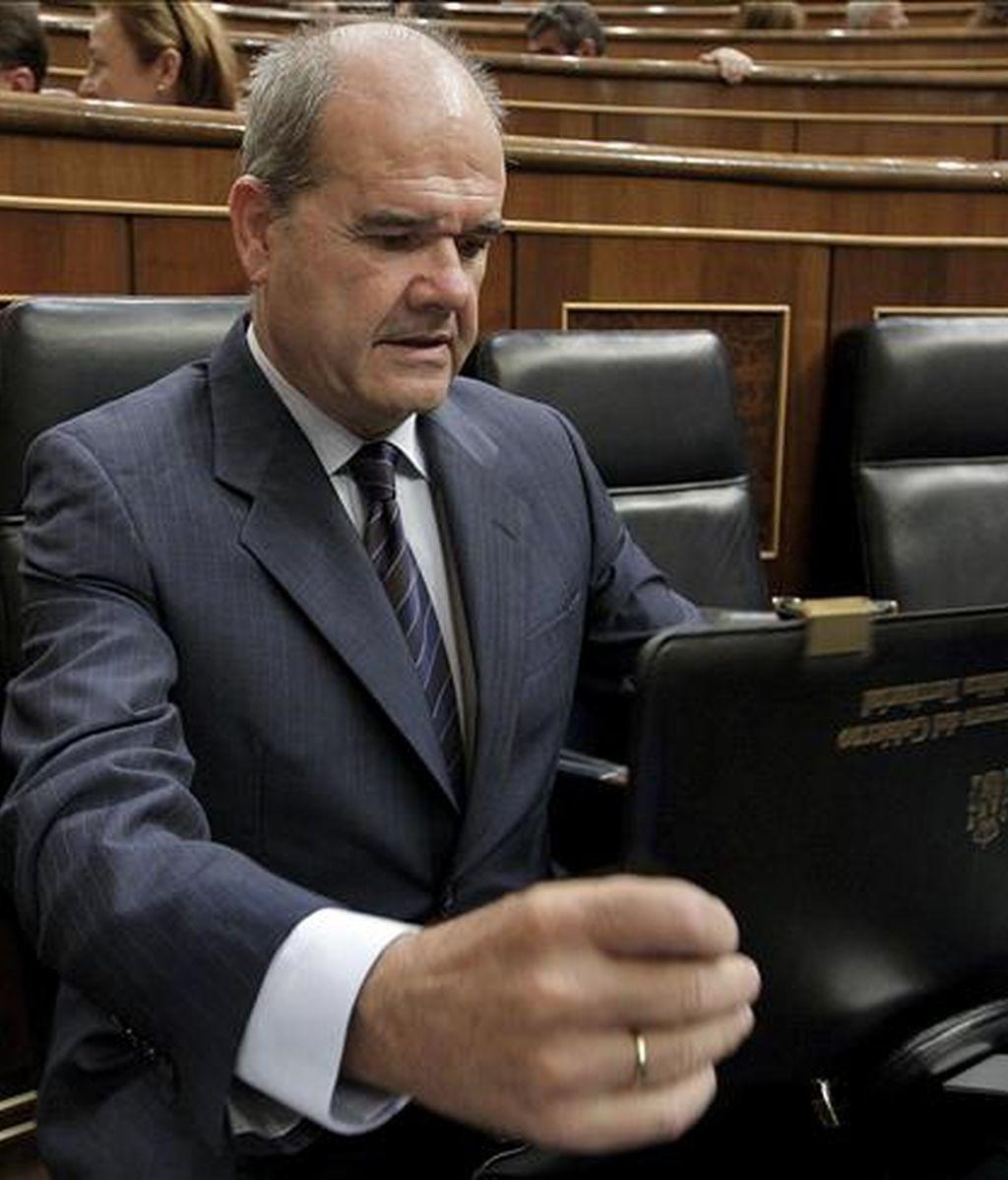 El vicepresidente tercero del Gobierno, Manuel Chaves, antes del inicio de la sesión de control al Gobierno, hoy en el pleno del Congreso de los Diputados. EFE