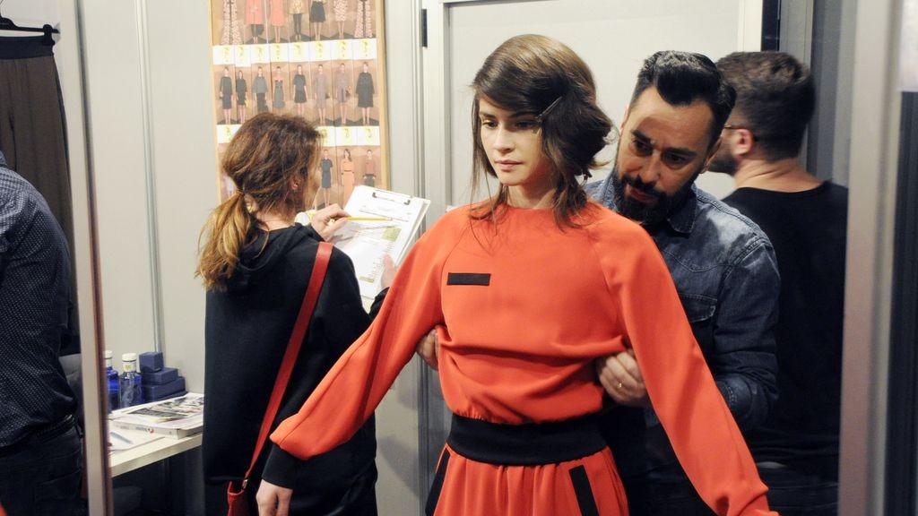 El diseñador dando los últimos retoques al look de Alba Galocha