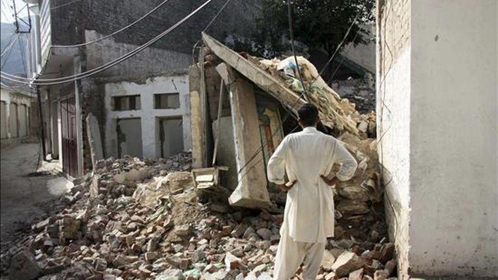 En la imagen de ayer, un hombre observa los restos de una casa destuida en Mingora, Swat (Pakistán). EFE