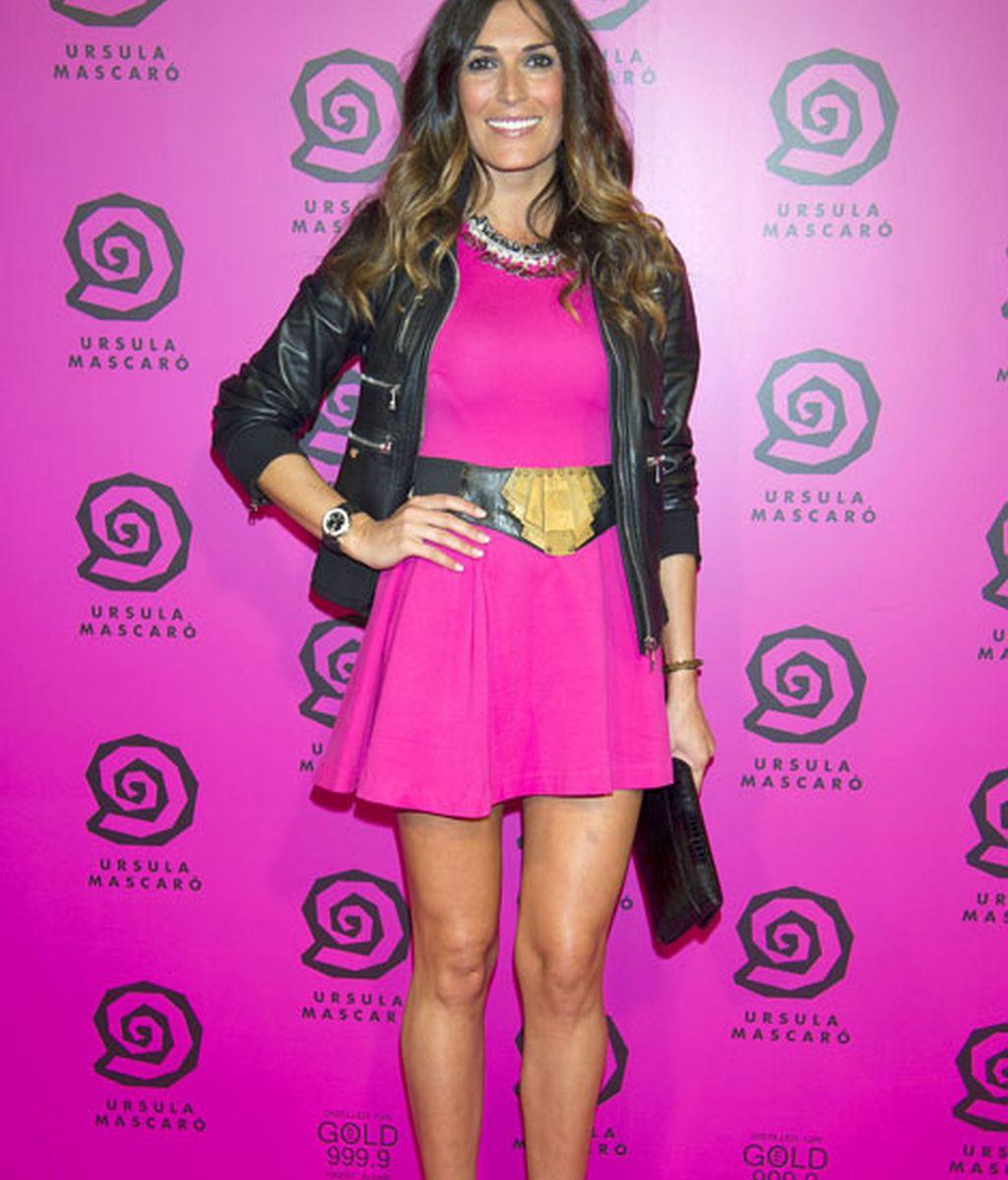 La modelo Verónica Hidalgo, chaqueta de cuero y minivestido rosa