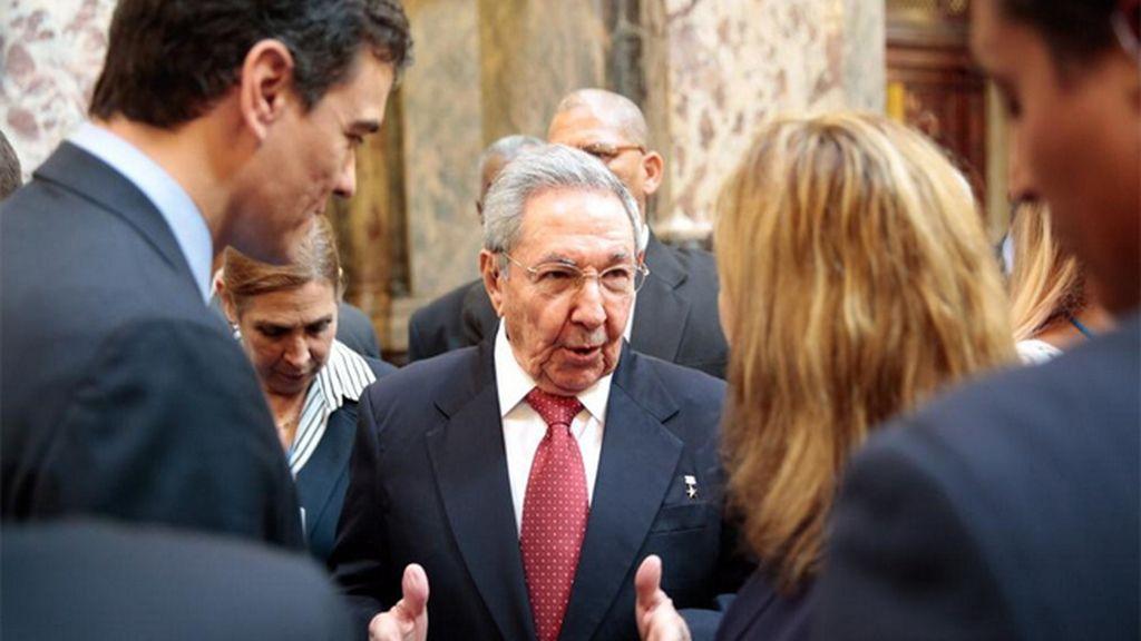 Pedro Sánchez con Trinidad Jiménez y Raúl Castro