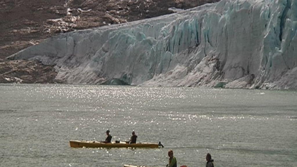Excursión en piragua para ver los glaciares de cerca
