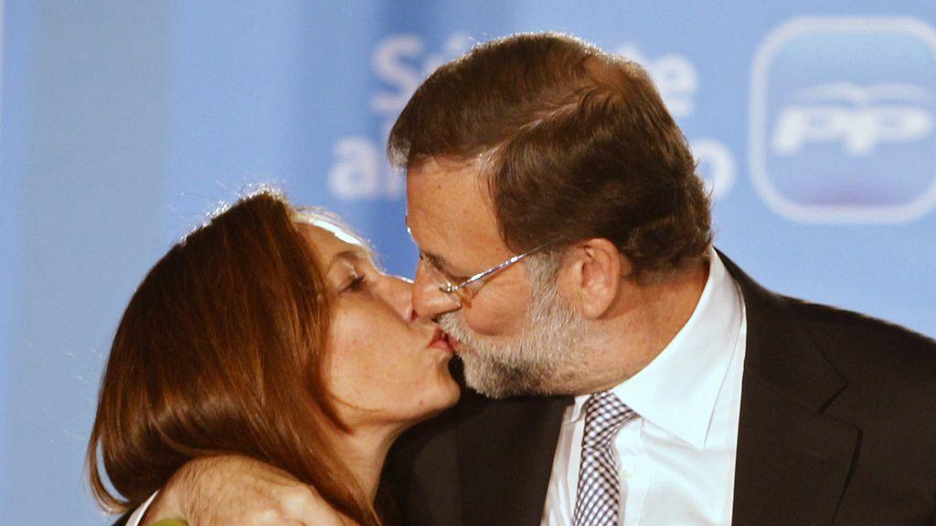 Mariano Rajoy besa a su mujer, Elvira, en la celebración de la victoria electoral del PP