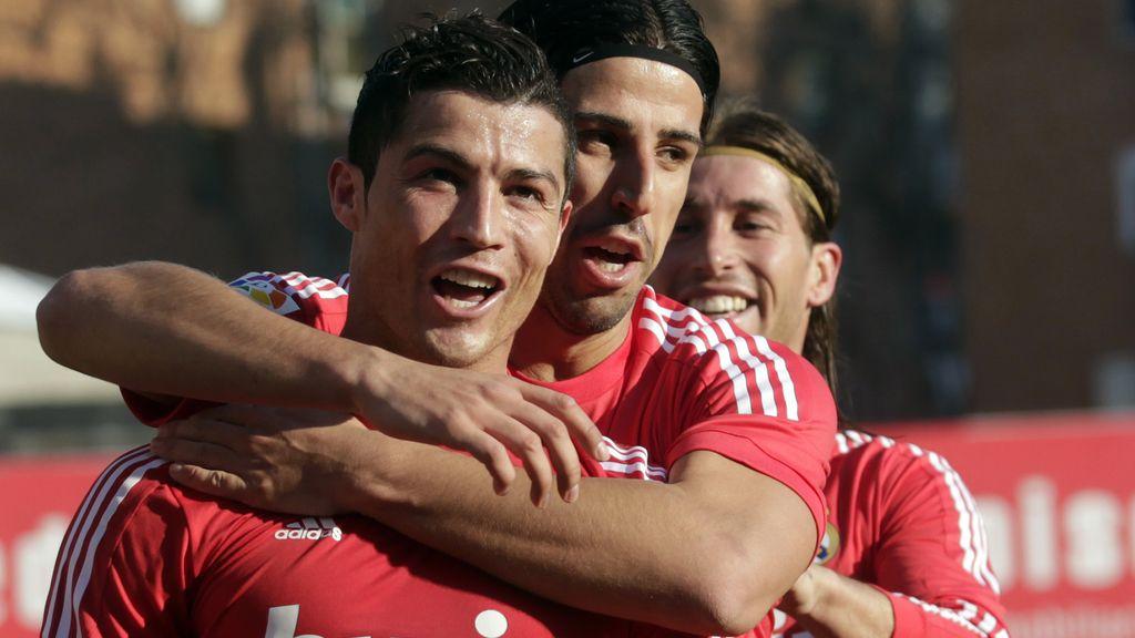 El delantero del Real Madrid, Cristiano Ronaldo, celebra el único tanto del encuentro que ha dado la victoria a su equipo