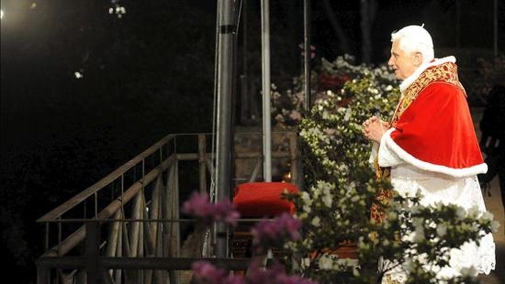 El papa Benedicto XVI en el Via Crusis del pasado 10 de abril, durante la procesión del Viernes Santo. EFE/Archivo