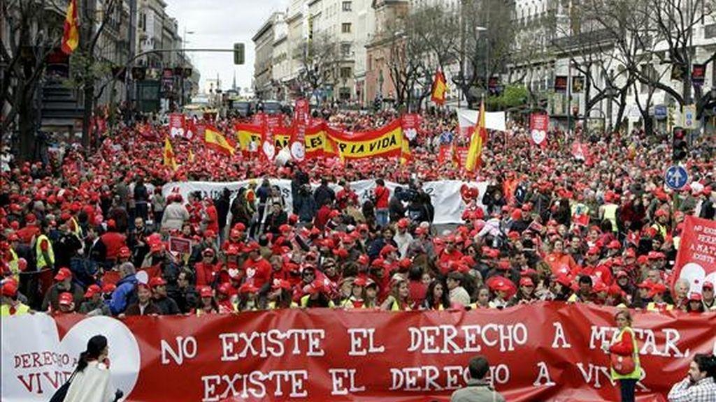 Asistentes a la manifestación convocada por un centenar de organizaciones ciudadanas para expresar su disconformidad con la reforma de la ley del aborto que prepara el Gobierno y reivindicar medidas de apoyo a la maternidad recorren la calle de Alcalá. a la altura del Ministerio de Igualdad, con banderas y pancartas. EFE