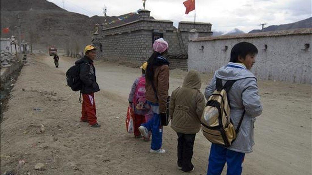 Escolares tibetanos esperan el autobús para ir al colegio en la zona rural de Najin, en las inmediaciones de Lhasa, Tibet (China). EFE/Archivo