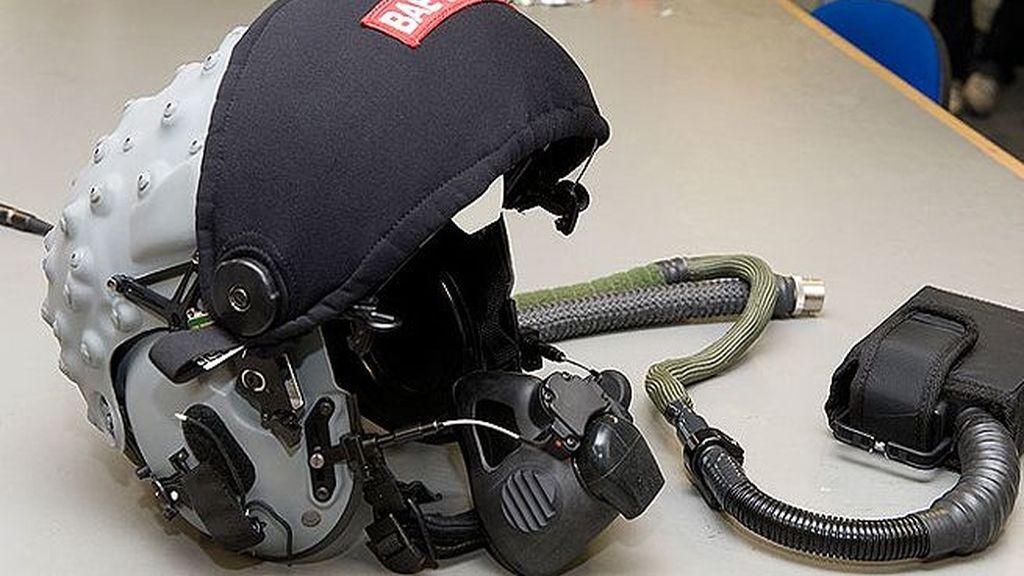 El casco de la muerte ya lo utilizan los pilotos de la Fuerza Aérea británica. Los sensores ópticos que llevan permiten apuntar y disparar al objetivo con solo una mirada. Foto The Sun.