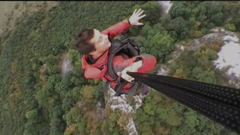 Rumanía: El último superviviente arriesga su vida volando colgado de un helicóptero