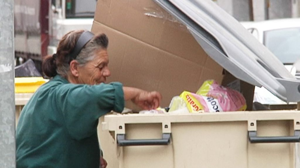 Mujer cubo basura