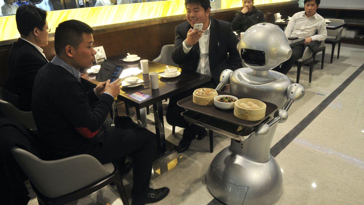 Robot atendiendo unas mesas
